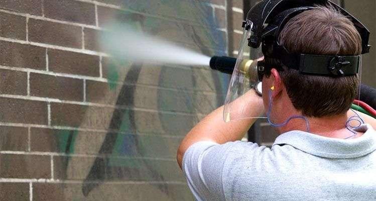Limpieza con agua a presión en pintura 1 - Limpieza y tratamientos de fachadas en Barcelona